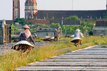 'Lạc trôi' trên cánh đồng muối Hải Hậu giữa ngày hè oi ả