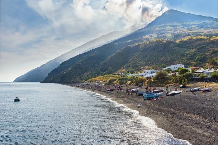 Bãi biển cát đen Stromboli - kỳ quan thiên nhiên ở Sicily