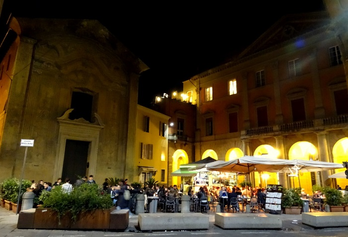 Via Zamboni - Du lịch Bologna
