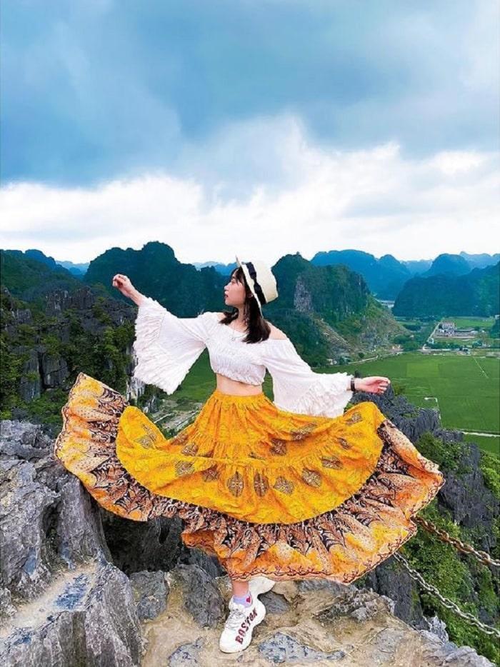 đi du lịch Ninh Bình nên mặc gì - chân váy boho
