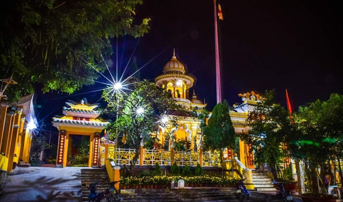 Visit Xi'an Ancient Temple of Sam mountain - shimmering at night