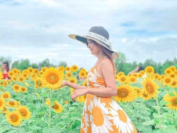 màu cam - trang phục chụp với vườn hoa hướng dương gần núi Bà Đen