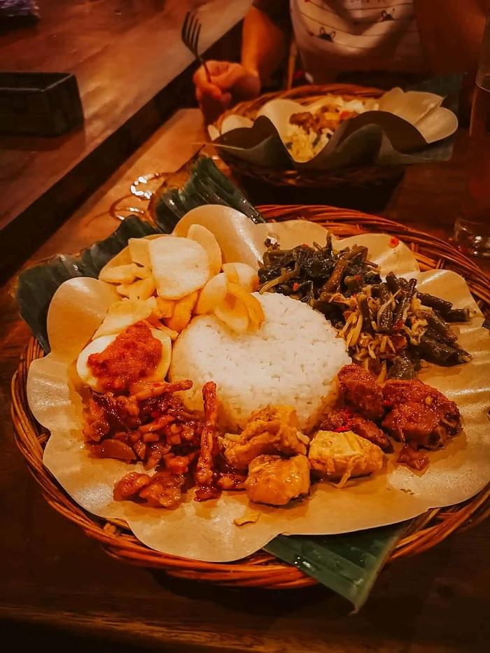 Món nasi campur trong một nhà hàng ở Bandung - ăn gì ở Bandung