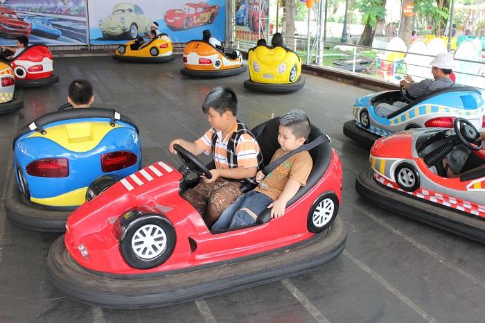 Công viên Thỏ Trắng Lê Thị Riêng - trò chơi xe điện đụng