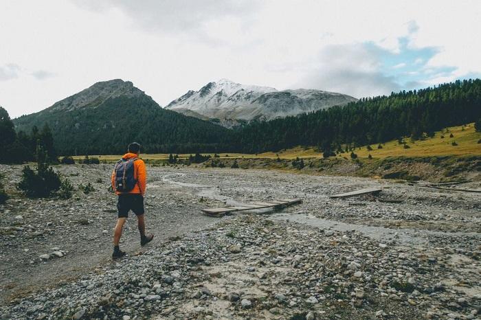 Đi qua đường mòn trông giống như lòng sông - Vườn quốc gia Thụy Sĩ