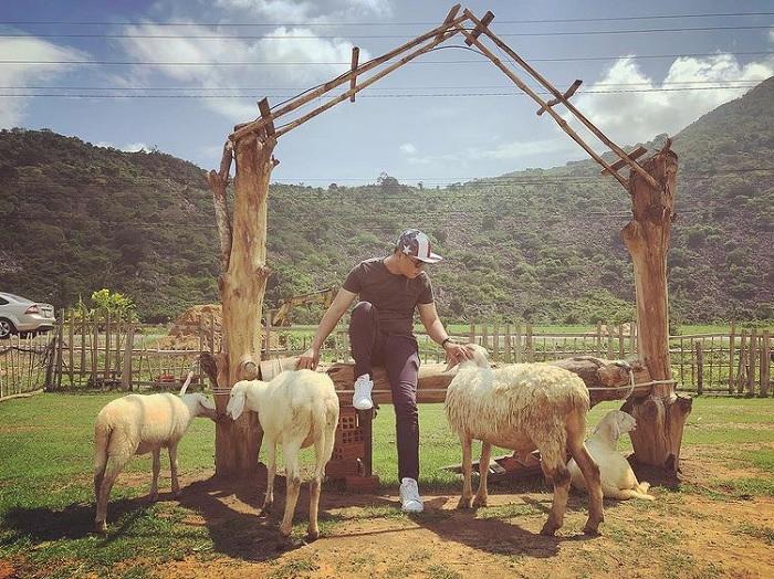 wooden house - virtual living corner at Sheep field at the foot of Ba Den mountain
