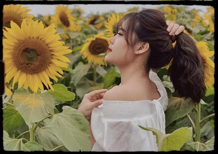 ngửi hoa - cách tạo dáng chụp với vườn hoa hướng dương gần núi Bà Đen