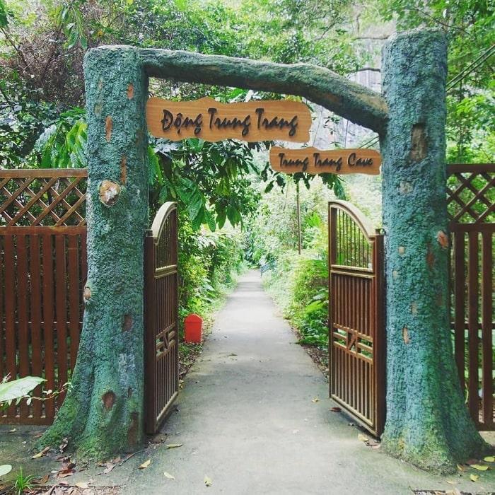cổng vào - công trình thú vị của động Trung Trang Cát Bà
