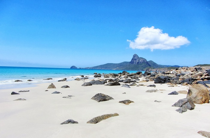 Which season is the best season for Con Dao tourism?