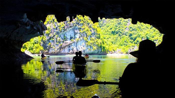 hang Sáng Tối Hạ Long- chèo thuyền khám phá