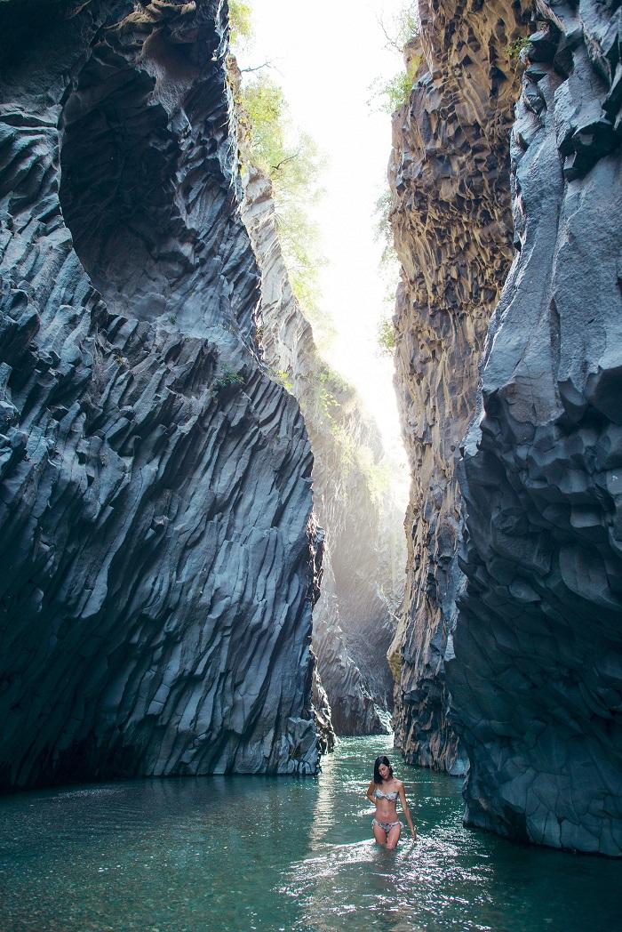 Vùng nước có thể bơi lội bên trong hẻm núi  - kỳ quan thiên nhiên ở Sicily