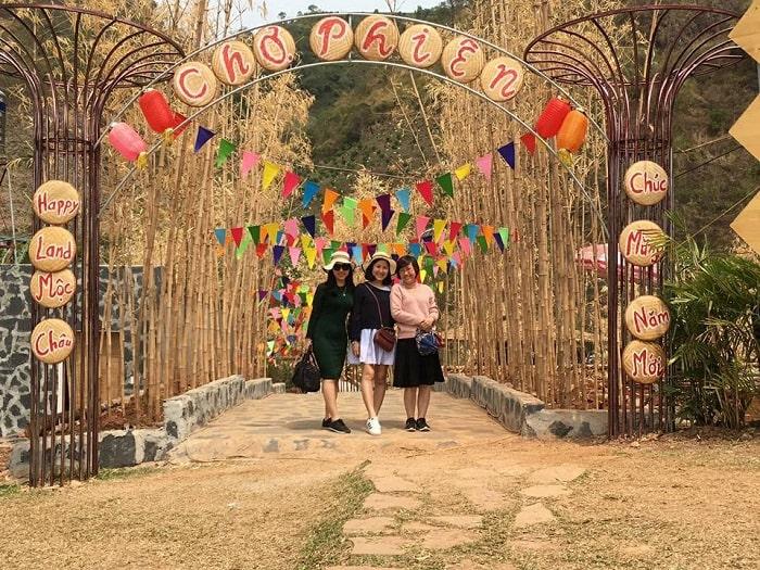 Chợ phiên ở khu du lịch Happy Land Mộc Châu