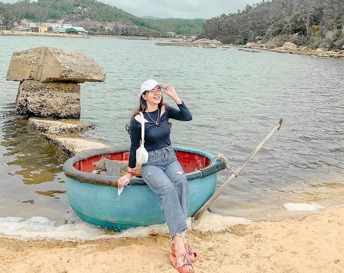 đi thuyền thúng - hoạt động thú vị tại Làng cổ Gò Cỏ