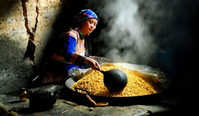 What to buy at Bac Ha market?  Ban Pho corn wine - A gift to buy when coming to Bac Ha