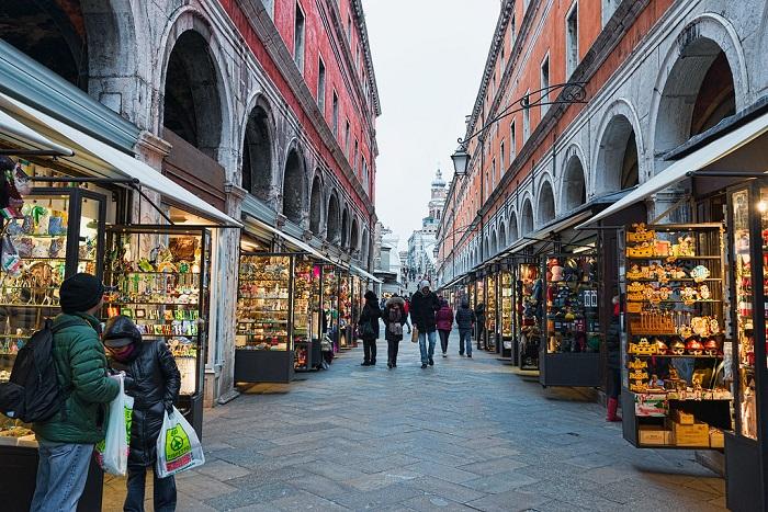 Những con phố sầm uất bên ngoài Chợ Rialto Venice