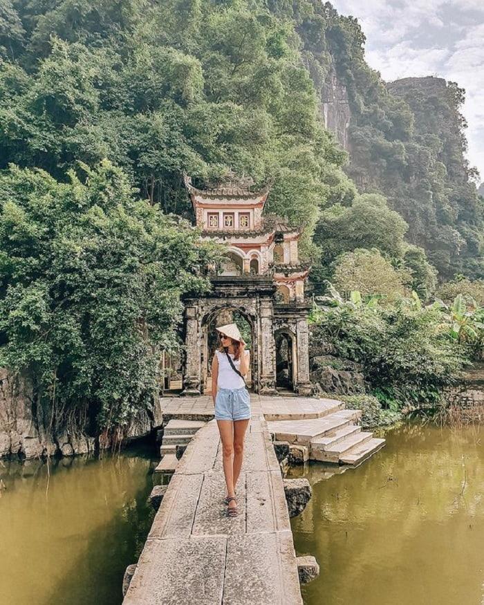 đi du lịch Ninh Bình nên mặc gì - quần jeans áo phông