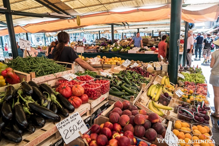 Khu chợ rau quả luôn đông đúc nhộn nhịp - Chợ Rialto Venice