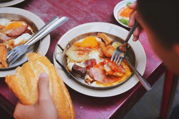 Review top 7 quán ăn sáng ngon ở Sài Gòn khách ra vào nườm nượp