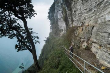 Vách đá thần Hà Giang - tuyến trekking đầy thách thức ngay sát vách núi hiểm trở nhất Việt Nam
