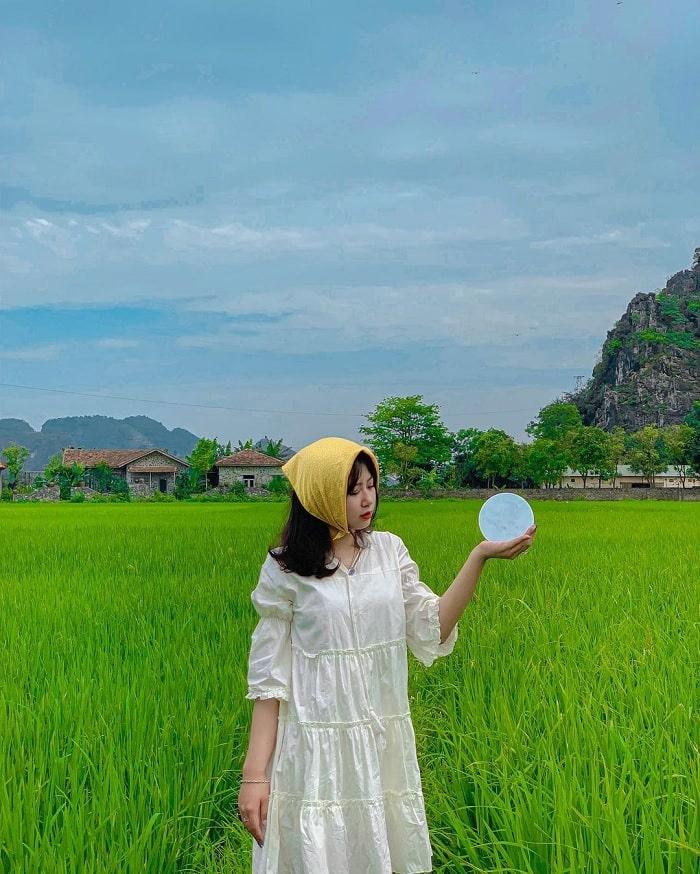 đi du lịch Ninh Bình nên mặc gì - váy trắng