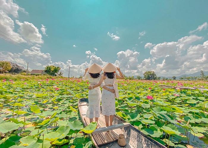 boat - virtual living miniature in Tay Son lotus lagoon đầm