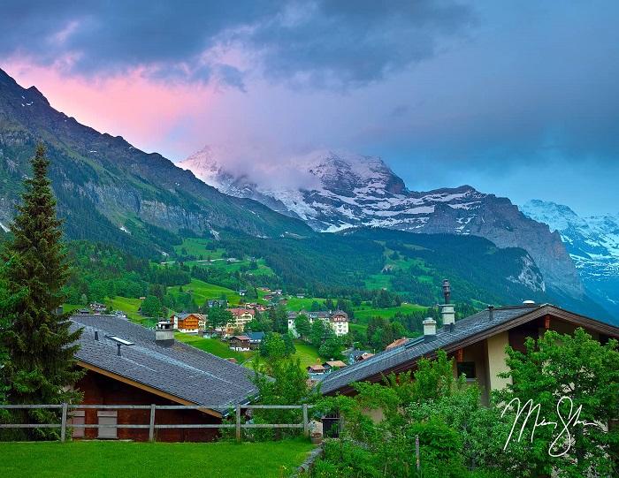 Cảnh hoàng hôn sống động thắp sáng những ngọn núi phía trên Làng Wengen, Thụy Sĩ