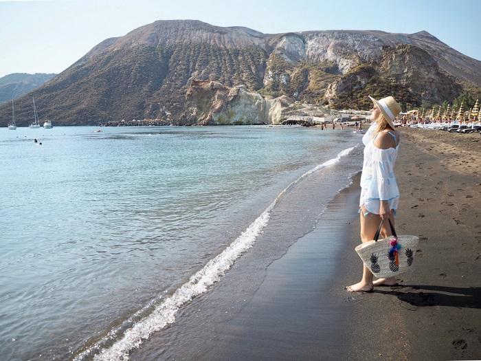 Bãi biển trên đảo núi lửa - kỳ quan thiên nhiên ở Sicily
