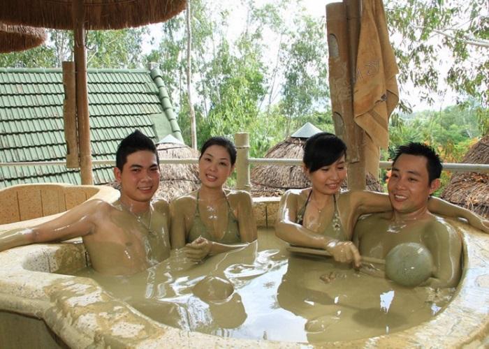 Tắm bùn thư giãn tại suối khoáng nóng Thanh Thủy