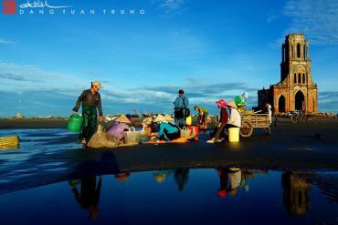 Xôn xao cuộc sống ngư dân bên nhà thờ đổ Hải Lý Nam Định