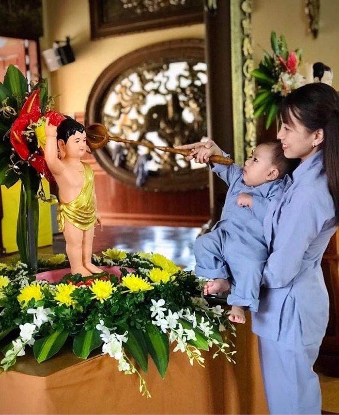 du khách thăm chùa Hoa Khai ở đắk Nông