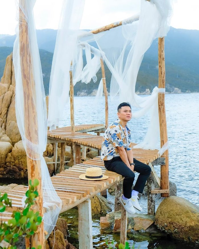 Take pictures at Thien An Dam Mon Pagoda
