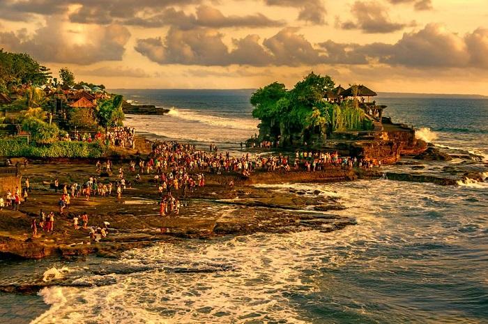 ĐềnTanah Lot là một ngôi đền linh thiêng ở Bali