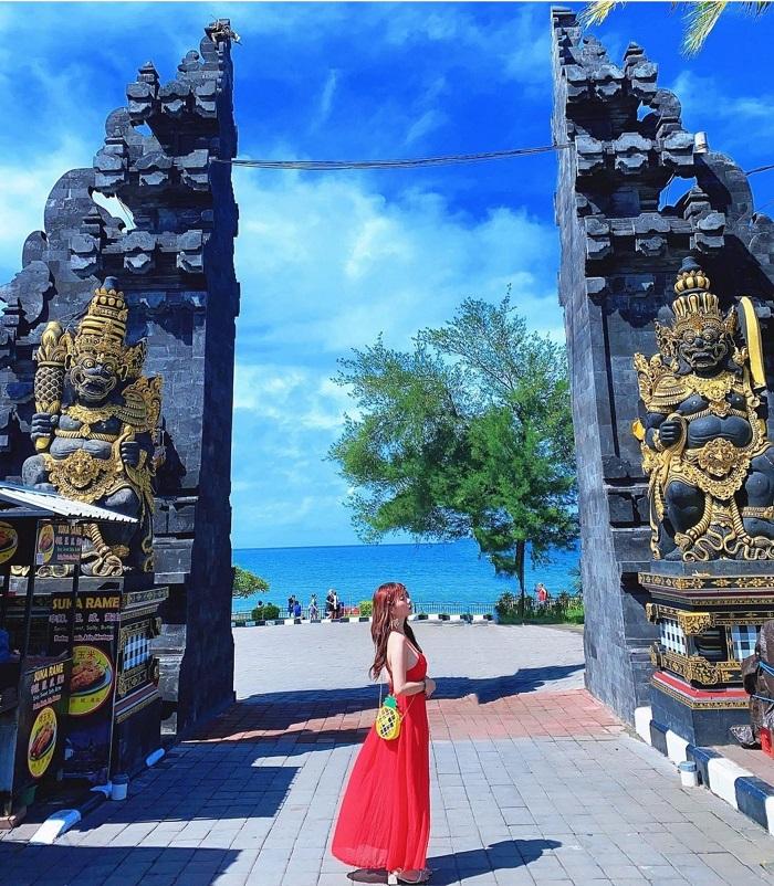 Cổng vào bên trong đất liền của đền Tanah Lot