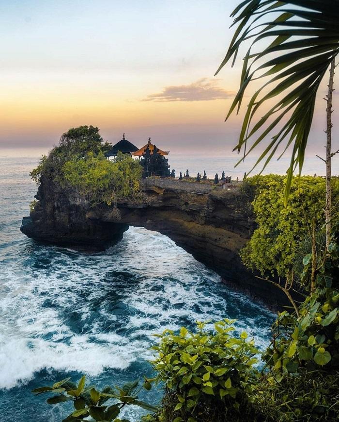 Ngôi Đền Tanah Lot nằm trên một tảng đá san hô giữa biển Ấn Độ Dương
