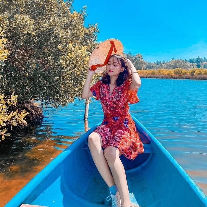 đi thuyền - hoạt động thú vị tại Bàu Cá Cái Quảng Ngãi