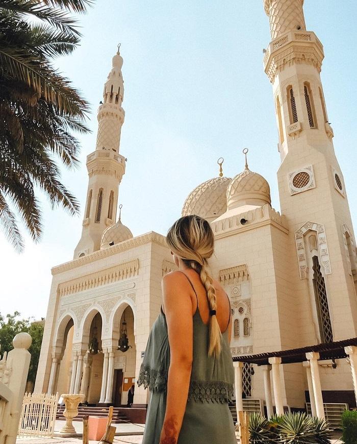 Mặt tiền màu trắng của Nhà thờ Hồi giáo Jumeirah nổi bật trong thành phố Dubai