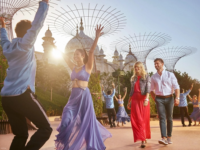 Stroll the streets of Mumbai with food, shopping and partying Bollywood Dubai Park