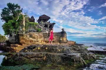 Hành hương đến ngôi đền Tanah Lot linh thiêng nằm giữa biển ở Indonesia