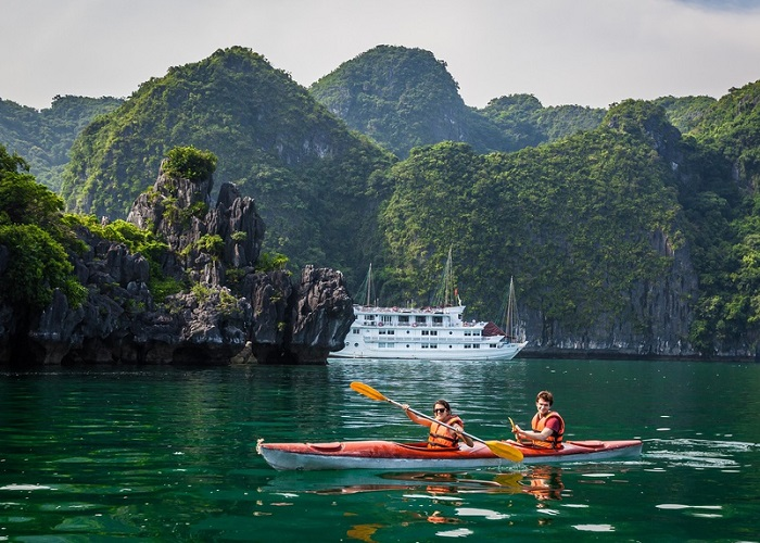 Interesting experiences when traveling to Ha Long - kayaking