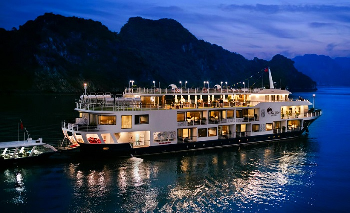 Interesting experiences when traveling to Ha Long - rent a yacht to sleep overnight on the bay