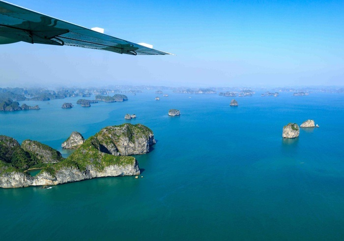 Interesting experiences when traveling to Ha Long - watching the bay from a seaplane