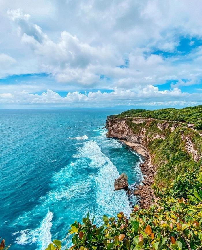 Bãi biển Uluwatu được biết đến với hoạt động lướt sóng  - Hướng dẫn tham quan đền Uluwatu
