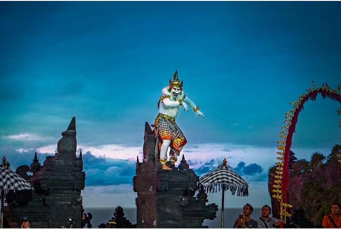 Đền Uluwatu là một ngôi đền biển Bali nổi tiếng ở Bali