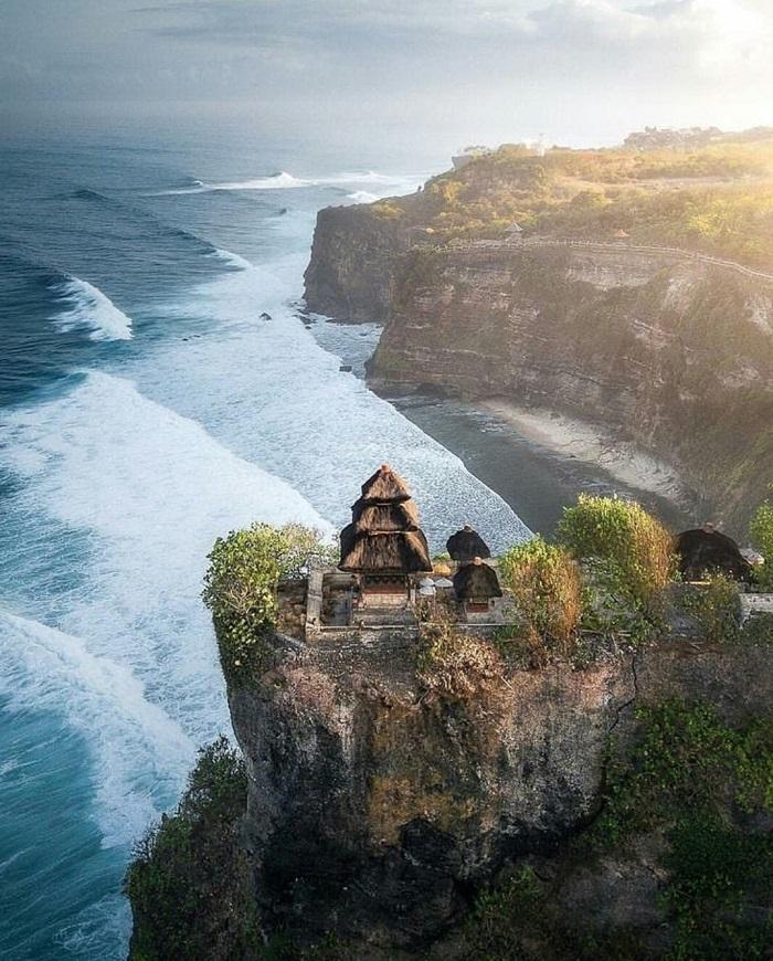 Đến Ulunwatu nằm trên đỉnh vách đá nhìn ra Ấn Độ Dương