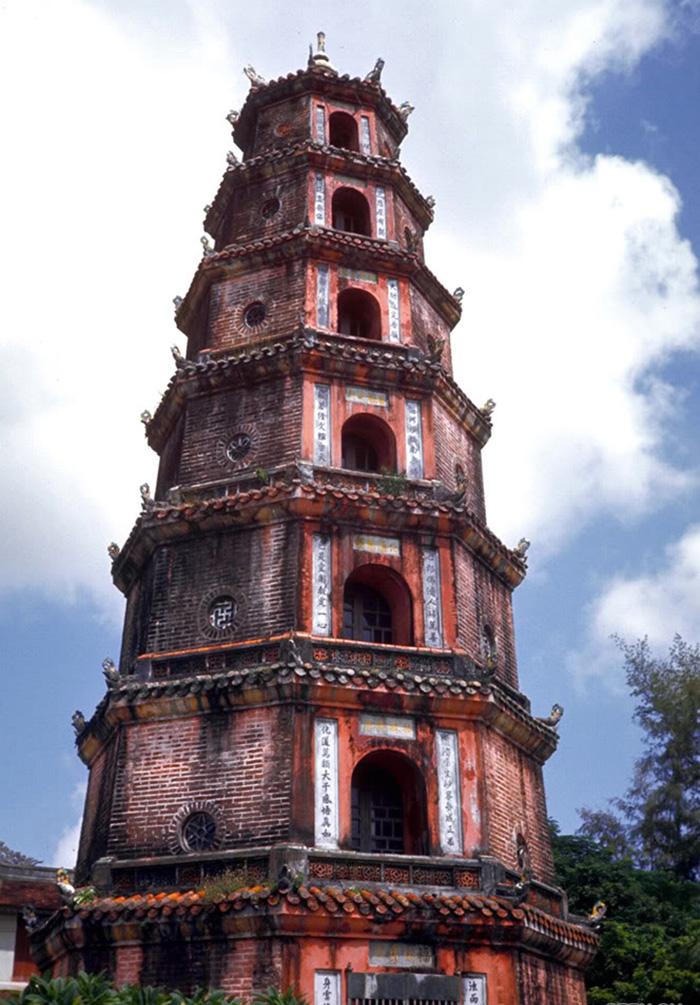 Tìm hiểu Chùa Thiên Mụ 400 năm tuổi của cố đô Huế.