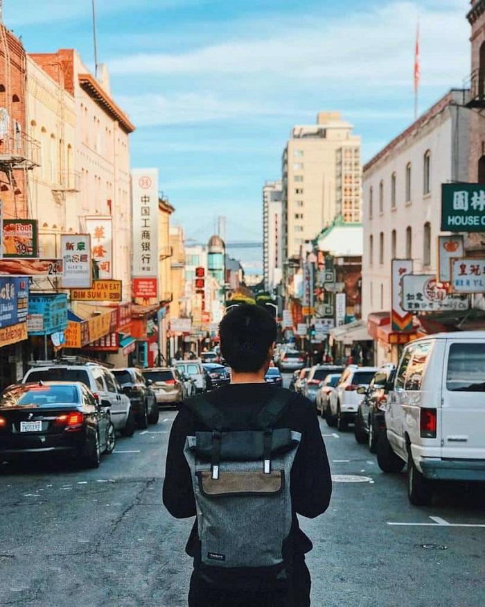How do I become a travel blogger?