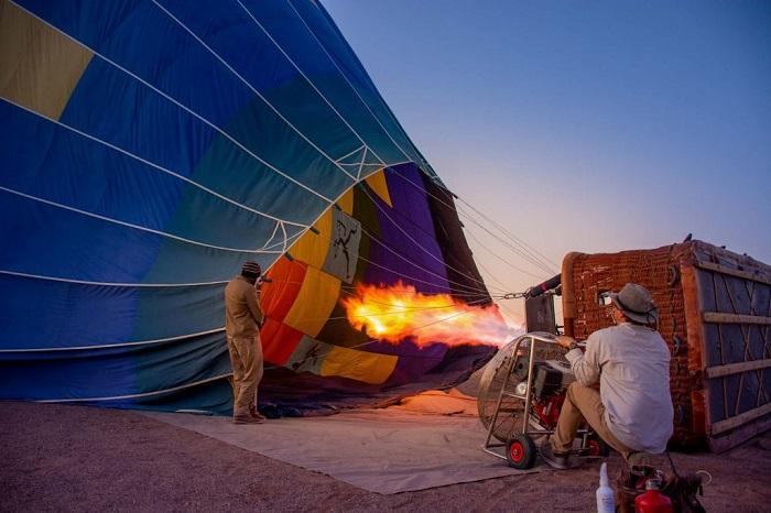 Chuẩn bị cho khinh khí cầu ngắm cảnh Sa mạc Namibia