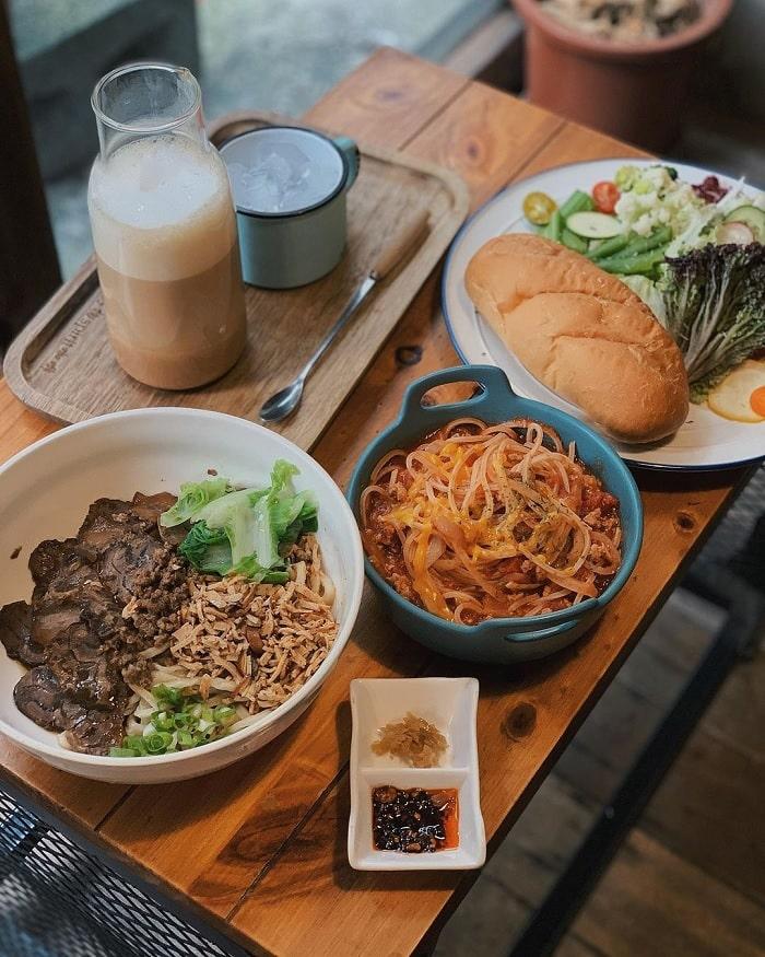 bánh mì thịt - bestseller của tiệm cà phê xuyên không Đài Loan