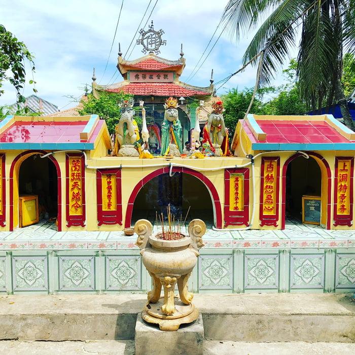 Viếng chùa Lá Sen - Ba bức tượng