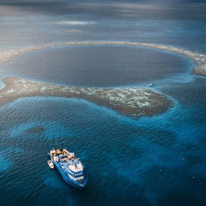 Vẻ đẹp của Great Blue Hole được nhìn từ không gian